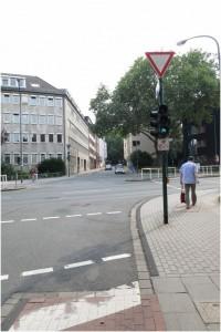 Induktionsschleife an der Kreuzung Rellinghauser Straße / Hohenzollernstraße (am unteren Bildrand gerade noch zu erkennen)